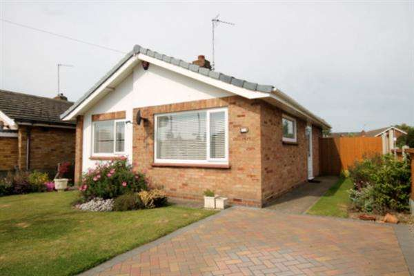 2 Bedrooms Bungalow for sale in Burrs Road, Great Clacton