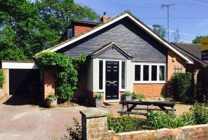 4 Bedrooms Bungalow for sale in Cowplain, Hampshire