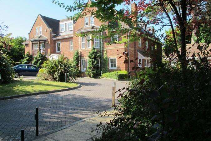 3 Bedrooms Flat for rent in Talbot Avenue, Bournemouth