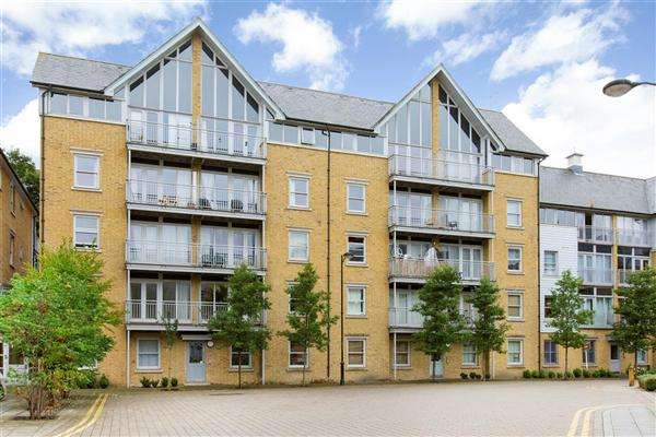 2 Bedrooms Apartment Flat for sale in St Andrews Close, Canterbury