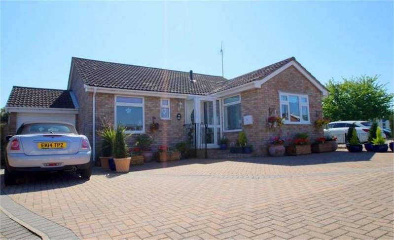 3 Bedrooms Detached Bungalow for sale in Constable Avenue, CLACTON-ON-SEA, Essex