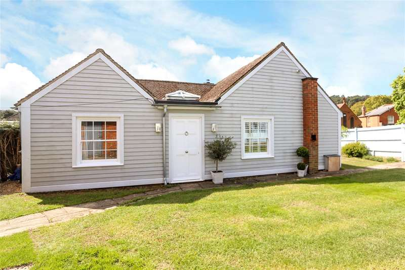 3 Bedrooms Detached House for sale in Lodge Hill Close, Lower Bourne, Farnham, Surrey, GU10