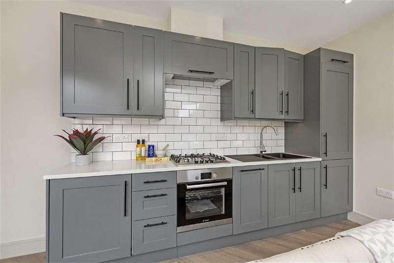 1 Bedroom Flat for sale in Hazlebury Road, Fulham