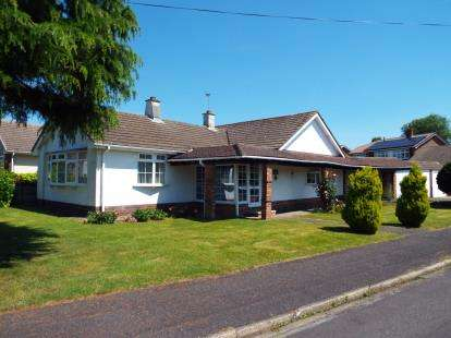 3 Bedrooms Bungalow for sale in Horndean, Waterlooville, Hampshire
