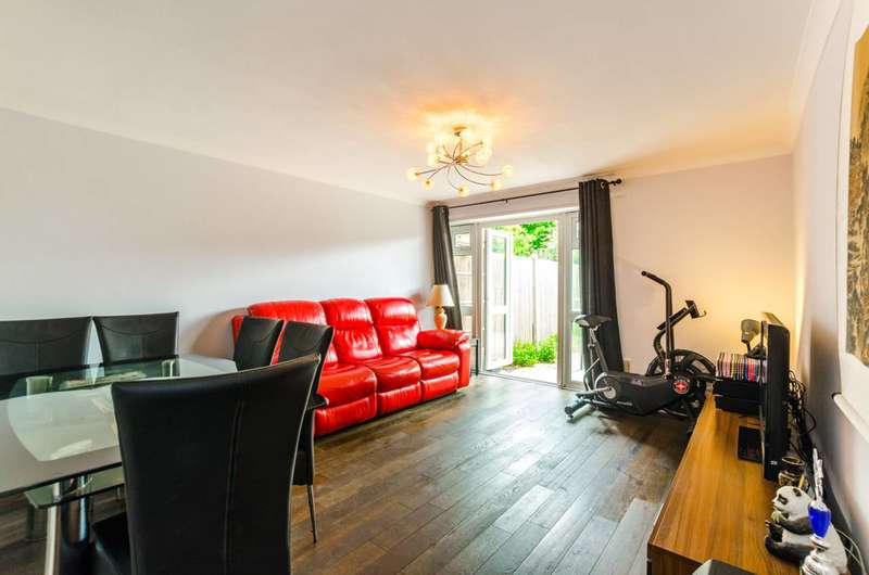 2 Bedrooms Flat for sale in Paul Street, Stratford, E15
