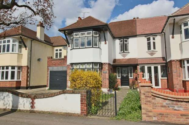 3 Bedrooms Semi Detached House for sale in Park Drive, Upminster, RM14
