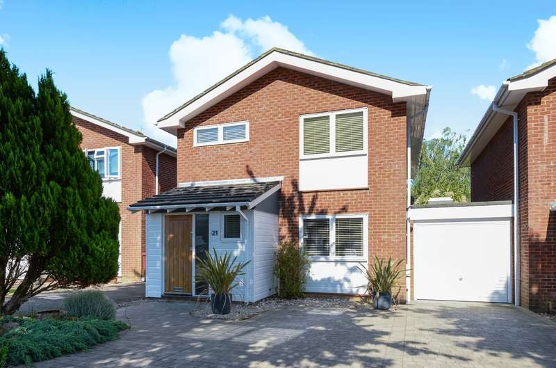 4 Bedrooms Detached House for sale in Haleybridge Walk, Tangmere, PO20