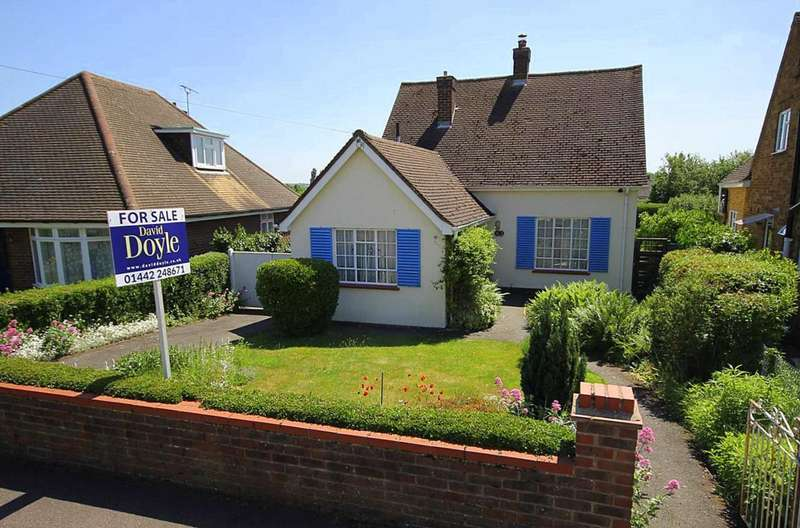 3 Bedrooms Bungalow for sale in Bungalow in sought after Crouchfield, Boxmoor