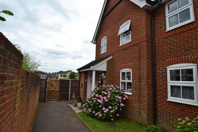 3 Bedrooms Property for sale in Regents Mews, Horley