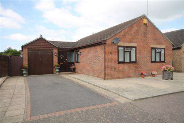 3 Bedrooms Bungalow for sale in Saxstead Drive, Clacton on Sea