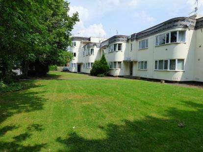 2 Bedrooms Flat for sale in Petersfield Court, Stratford Road, Hall Green, Birmingham