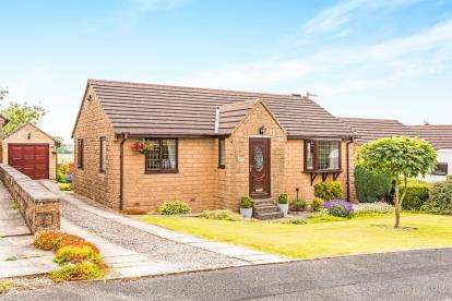 2 Bedrooms Bungalow for sale in Heatherlands Avenue, Denholme, Bradford, West Yorkshire