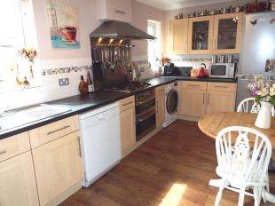 2 Bedrooms Semi Detached House for sale in Madan Road, Westerham
