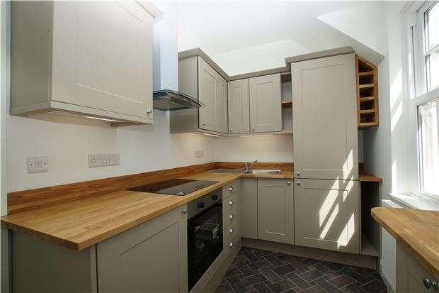 3 Bedrooms Flat for sale in Parkhurst Road, Bexhill TN40 1DF