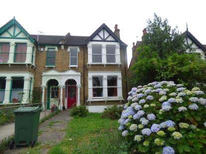 2 Bedrooms Flat for sale in Walthamstow, London, Uk