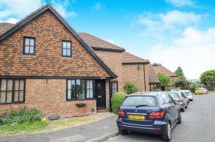 2 Bedrooms Semi Detached House for sale in Saffron Close, Croydon