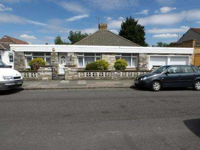 3 Bedrooms Bungalow for sale in Chichester Road, London