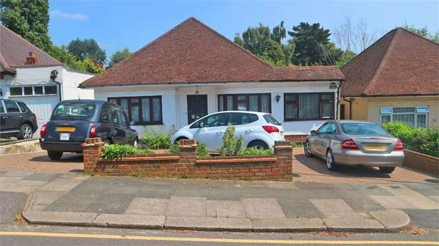 4 Bedrooms Detached Bungalow for sale in Oak Avenue, Enfield, Greater London