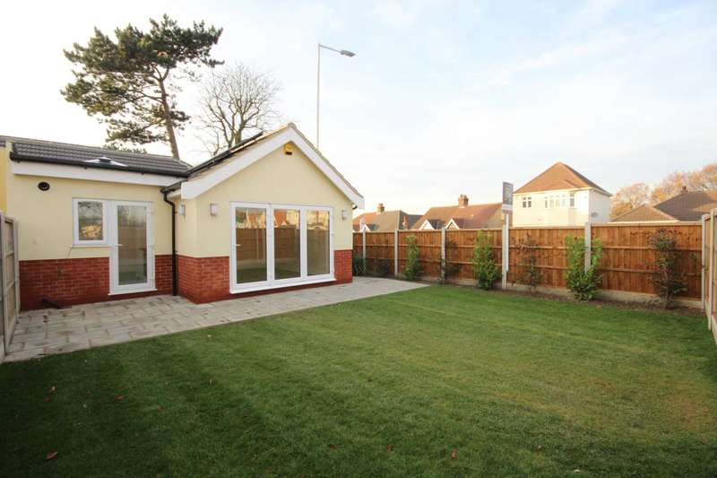 2 Bedrooms Bungalow for sale in Chase Cross Road, Romford