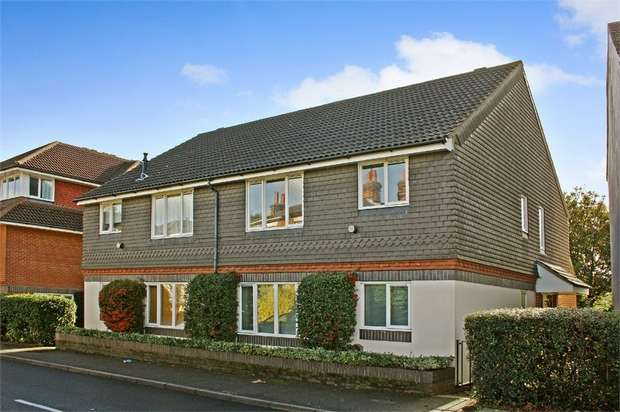 2 Bedrooms Maisonette Flat for sale in Guildford Road, Farnham, Surrey