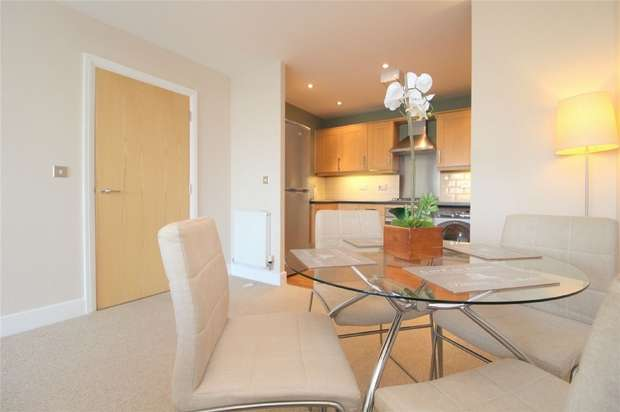 2 Bedrooms Flat for sale in Sundeala Close, Sunbury-on-Thames, Middlesex