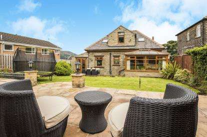 4 Bedrooms Bungalow for sale in Highlands Park, Halifax, West Yorkshire