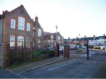 1 Bedroom Flat for sale in College Yard, North Watford, WD24