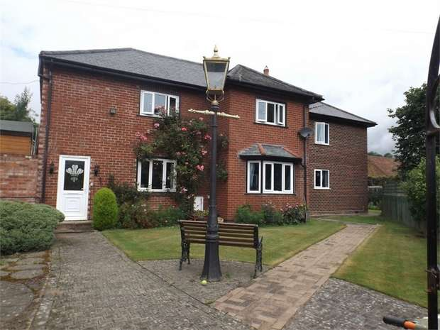 5 Bedrooms Detached House for sale in Salop Road, Welshpool, Powys