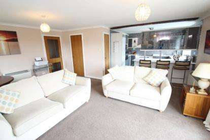 2 Bedrooms Flat for sale in Buchanan Drive, Newton Mearns