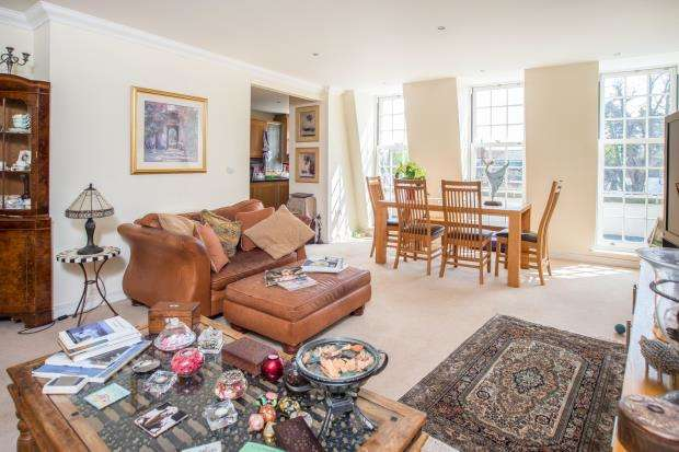 2 Bedrooms Flat for sale in High Street, Esher, Surrey