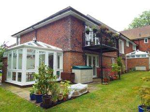 2 Bedrooms Flat for sale in Little Redbrooks, London Road, Hythe, Kent