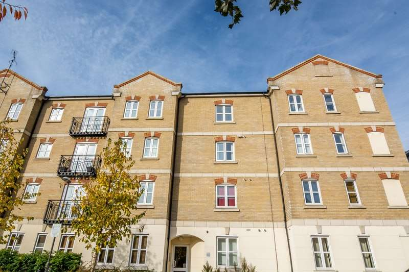2 Bedrooms Flat for sale in Foxhills way, Aylesbury, Buckinghamshire, HP21