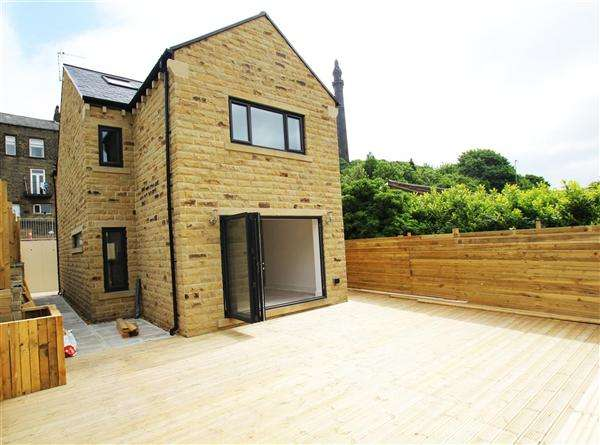 4 Bedrooms Detached House for sale in Upper Washer Lane, Pye Nest, Halifax