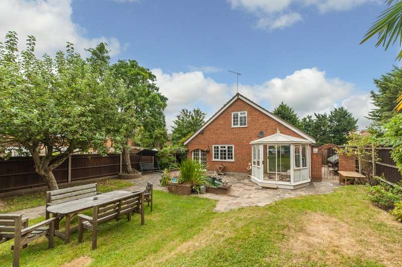 4 Bedrooms Detached House for sale in St. Clement Close, Uxbridge, Middlesex, UB8