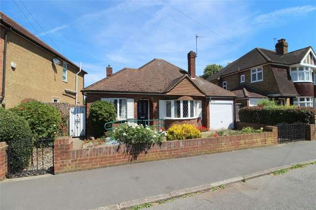2 Bedrooms Detached Bungalow for sale in Fontmell Park, Ashford, Middlesex