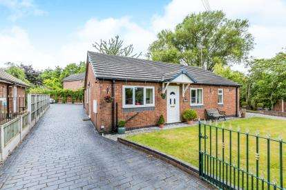3 Bedrooms Bungalow for sale in Cobbs Lane, Hough, Crewe, Cheshire