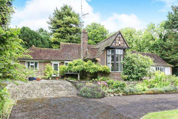 4 Bedrooms Detached House for sale in Leatherhead, Surrey