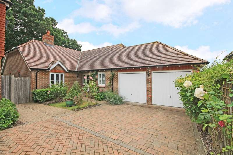 3 Bedrooms Detached Bungalow for sale in Treetops, Billingshurst, RH14