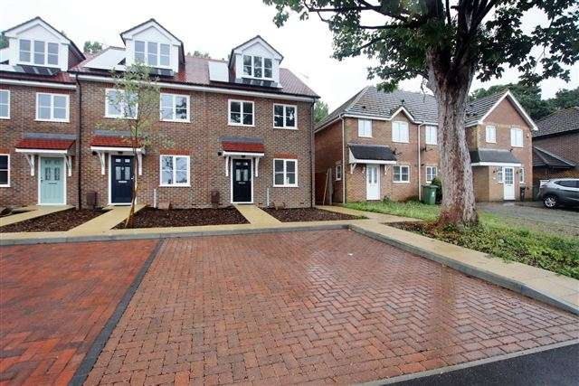 4 Bedrooms Semi Detached House for sale in The Edge, Portsmouth, Hampshire, PO6 4RF