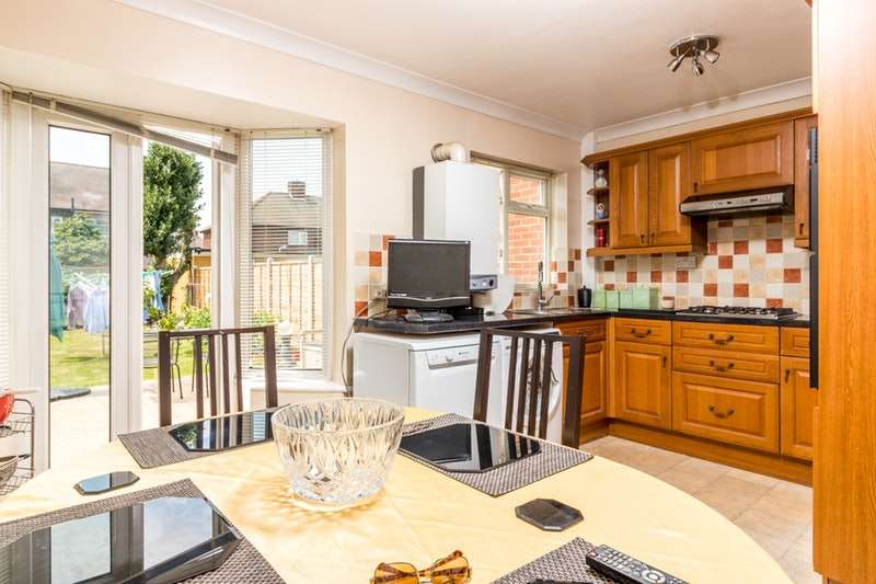 4 Bedrooms Terraced House for sale in Charlotte Road, Dagenham, Essex, RM10