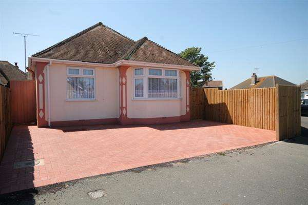 2 Bedrooms Bungalow for sale in Windsor Avenue, Clacton on Sea