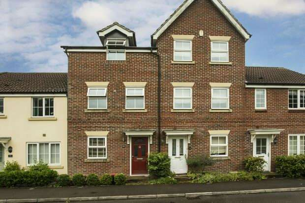 3 Bedrooms Town House for sale in Benham Drive Spencers Wood Reading