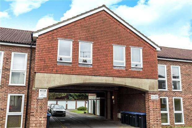 2 Bedrooms Apartment Flat for sale in Paul Court, Hythe Park Road, Egham