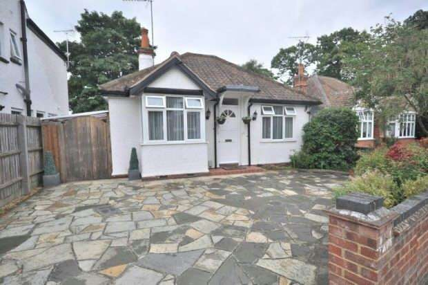 2 Bedrooms Detached Bungalow for sale in Fairview Avenue, Earley, Reading