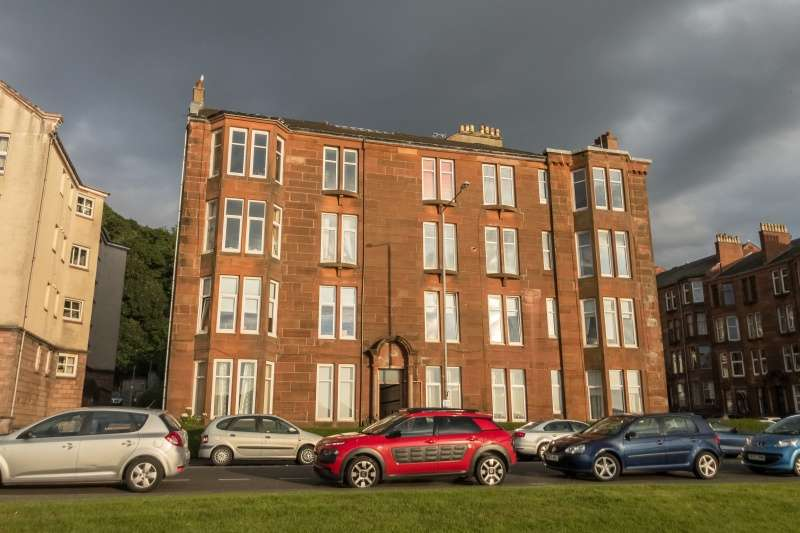 3 Bedrooms Flat for sale in Albert Road, Gourock, PA19 1NW