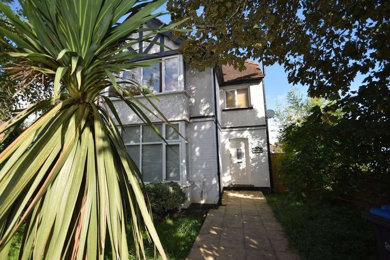 2 Bedrooms Flat for sale in Thorpe Road, Staines-upon-Thames, Surrey, TW18