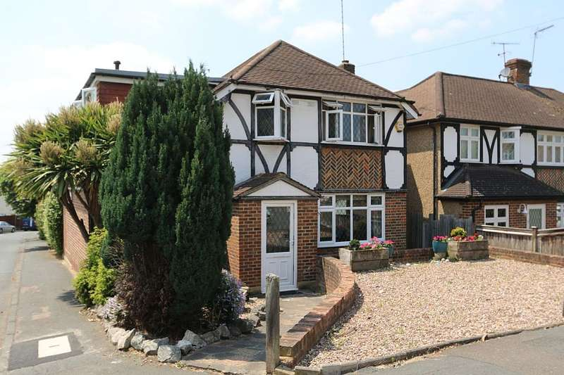 4 Bedrooms Detached House for sale in Tudor Close, Chessington, London, KT9 1BL