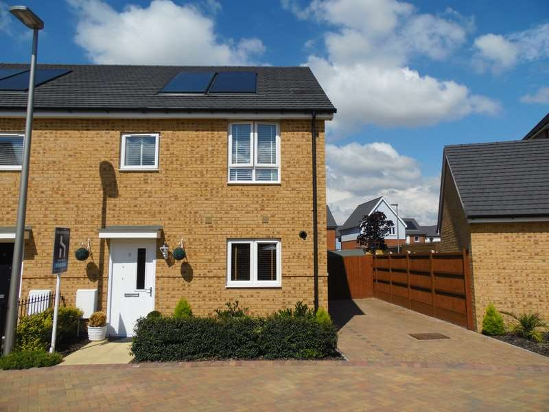 3 Bedrooms Semi Detached House for sale in Sawcotts Way, Grays, Essex, RM16