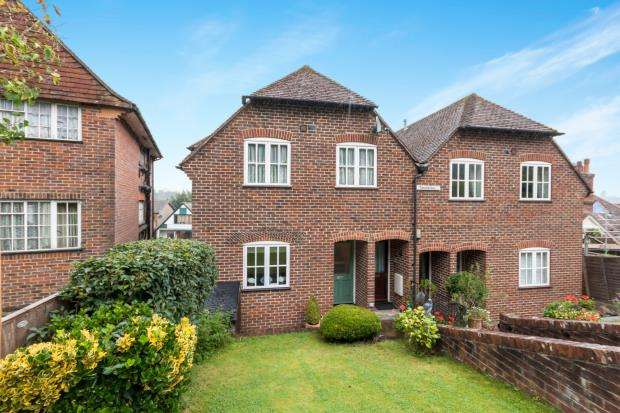 2 Bedrooms Flat for sale in Hales Field, Haslemere, Surrey