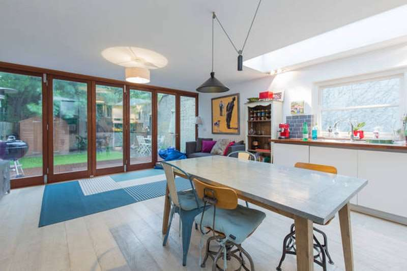 3 Bedrooms Flat for sale in Byrne Road, London, London, SW12